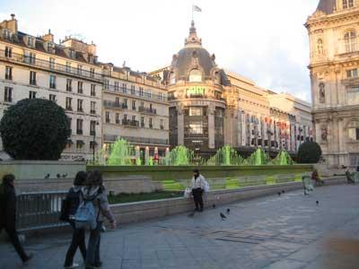 La fontaine de l'Hotel de Ville teintée en vert
