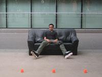 Bruno sur un canapé au spot de Gare de Lyon