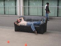 Tophe sur un canapé au spot de Gare de Lyon
